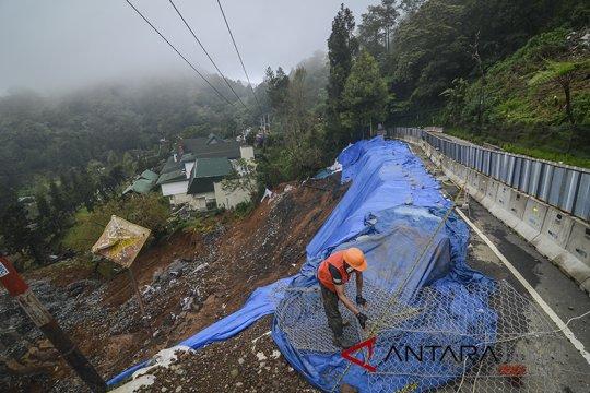 Dinas PUPR Riau siagakan alat berat antisipasi longsor