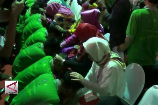 Warga binaan lapas anak basuh kaki ibu