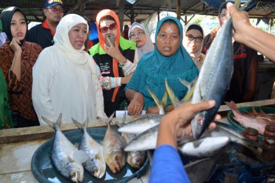 Blusukan Khofifah di pasar ikan