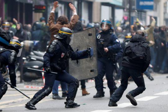Polisi Prancis tembakkan gas airmata pada demonstran Hari Buruh
