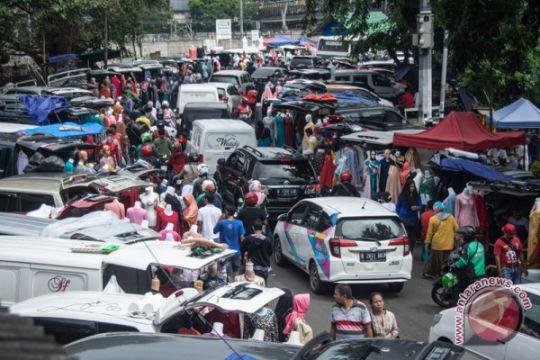 Pedagang Pasar Tasik berjualan di bahu jalan