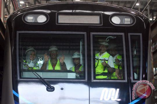 Gubernur meninjau kereta MRT