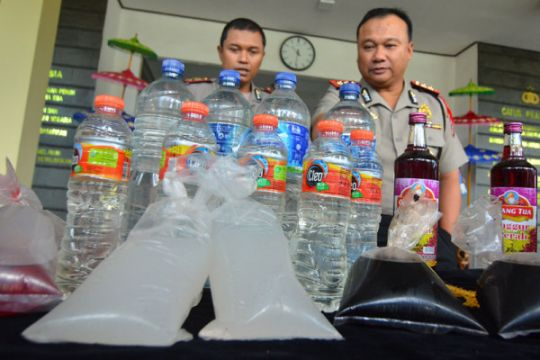 Polisi buru pembuat miras oplosan di Garut