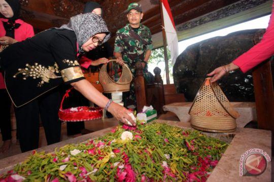 Kunjungan Ibunda Jokowi di Blitar