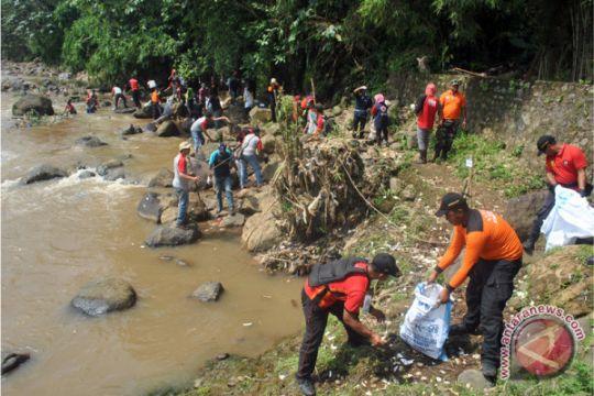 Tangerang turunkan petugas pembersih sampah Sungai Cisadane