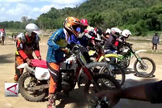 Ketika motor tua balapan di lintasan tanah rintangan