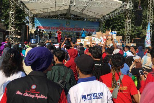 Pekerja Tangerang dangdutan rayakan Hari Buruh