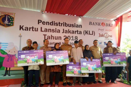Anies Baswedan bagikan Kartu Lansia Jakarta tahap pertama
