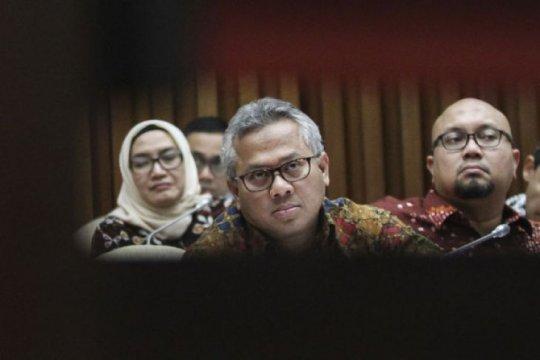 KPU copot Evi Novida serta Ilham Saputra dari jabatan ketua divisi
