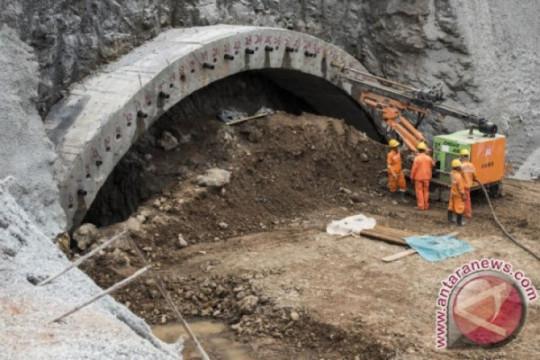 Tiga pekerja China tewas di terowongan jalan raya yang terendam banjir
