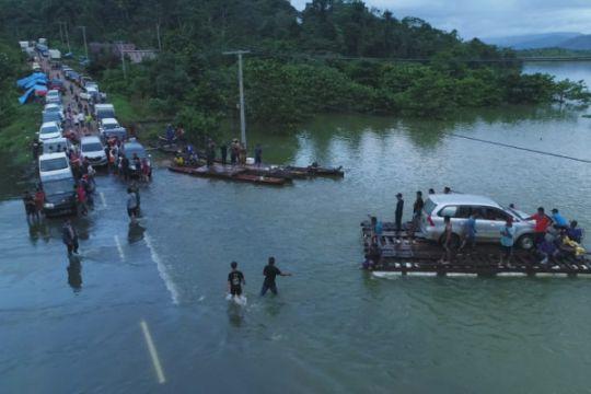 Korban banjir Konawe Selatan bertahan di pengungsian