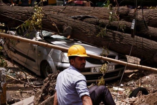 Jalan Kota Mumbai sepi, warga bersiap hadapi badai