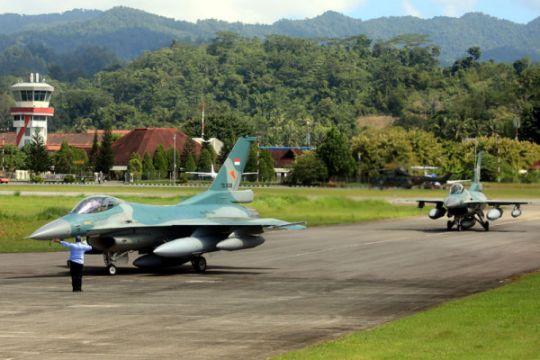 Pendaratan F-16 di Lanud Pattimura
