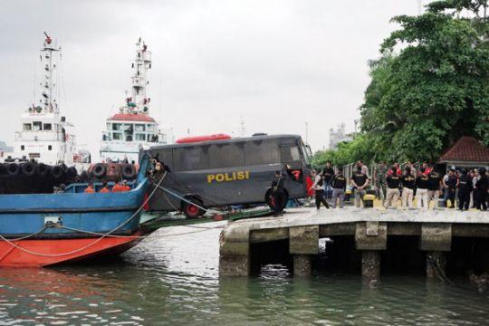 Pihak keluarga memakamkan narapidana terorisme di Surabaya