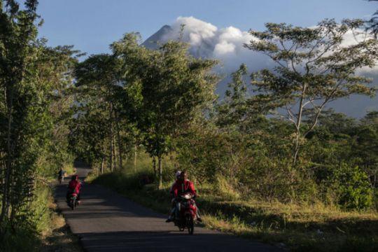 Merapi erupsi lagi, warga beraktivitas seperti biasa