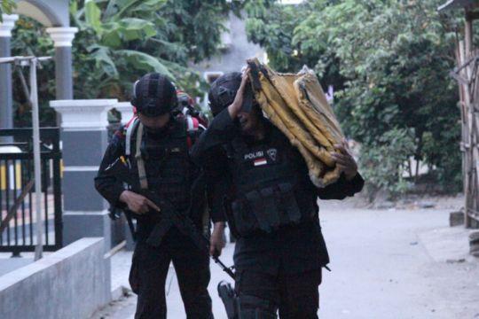 Densus 88 bawa aki dari kontrakan terduga teroris Cirebon