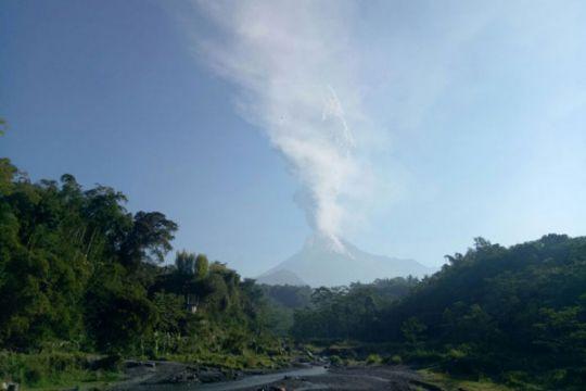 Gunung Merapi keluarkan letusan freatik kecil, letupkan asap 700 meter
