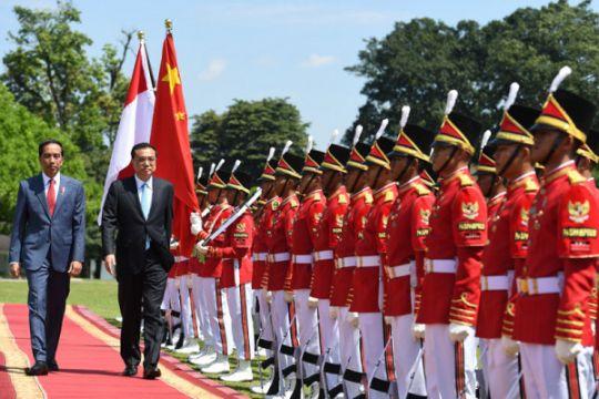 Presiden Jokowi sambut kedatangan PM Li