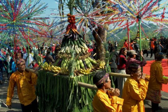 Kirab tradisi sesaji rewanda