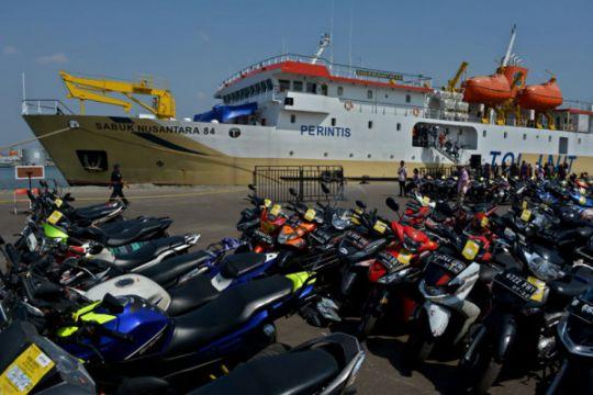 Pemudik sepeda motor menggunakan kapal PT Pelni