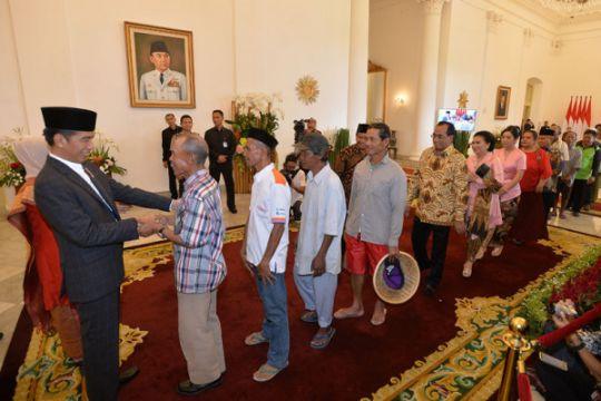 """Salaman dan """"sandalan"""" saat lebaran Presiden Jokowi"""