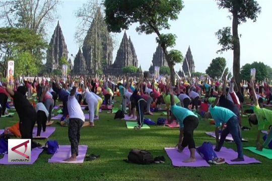 Sampaikan pesan perdamaian melalui yoga di Candi Prambanan