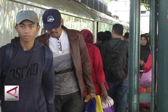 Jumlah penumpang tiba di Stasiun Gambir mulai menurun