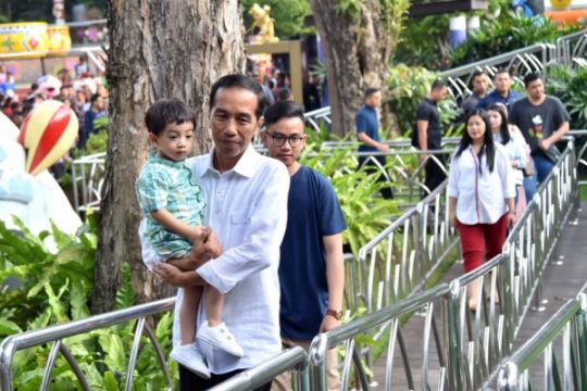 Jokowi enjoys time with grandson at shopping mall