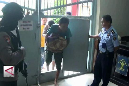 61 Napi Rowobelang dievakuasi ke Nusakambangan