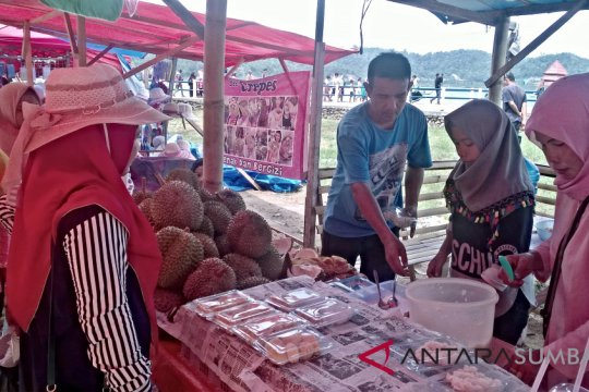 Pedagang Pantai Carocok Painan tawarkan ketan durian