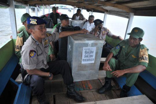 Distribusi logistik Pilkada ke TPS perairan