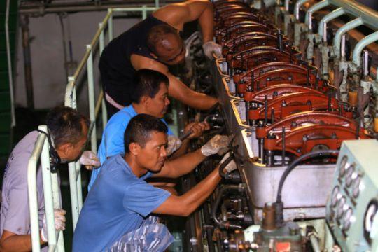 Pengecekan berkala mesin KRI Makassar 590