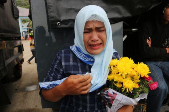 Tabur bunga penumpang selamat KM Sinar Bangun