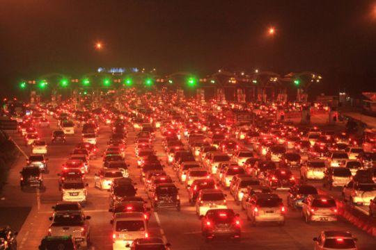 Kendaraan di gerbang Cipali naik tajam, antrean 2 km