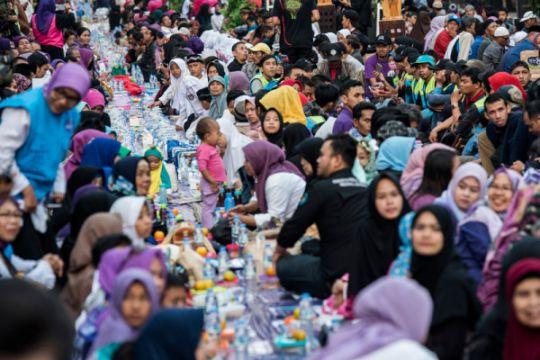 "Ribuan muslim-non muslim ""Bukber on the Street"" di Jalan Asia-Afrika Bandung"