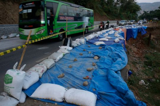 Pembangunan penahan tebing di Trenggalek terkendala hujan