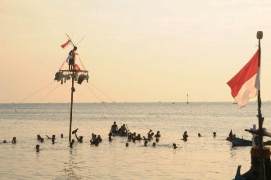 Panjat Pinang Di Laut