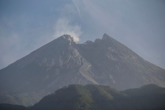 Cuaca cerah menyelimuti Gunung Merapi Minggu pagi