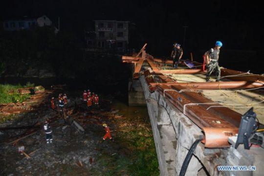 Rangka jembatan ambruk tewaskan delapan orang di China