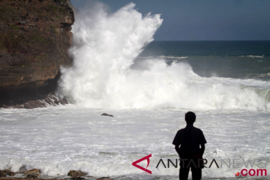 Tinggi gelombang pantai selatan diprediksi 4 meter