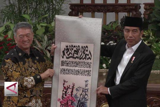 Presiden terima mushaf Alquran terbesar dari tokoh konghucu