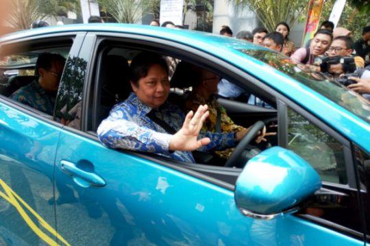 Saat Airlangga Hartarto menjajal Toyota Prius