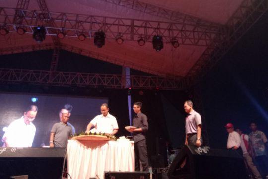Gubernur potong tumpeng di panggung Jakarnaval 2018