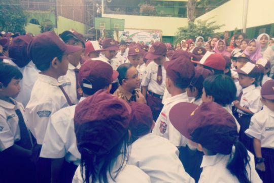 Anies tinjau hari pertama masuk sekolah di Kampung Melayu