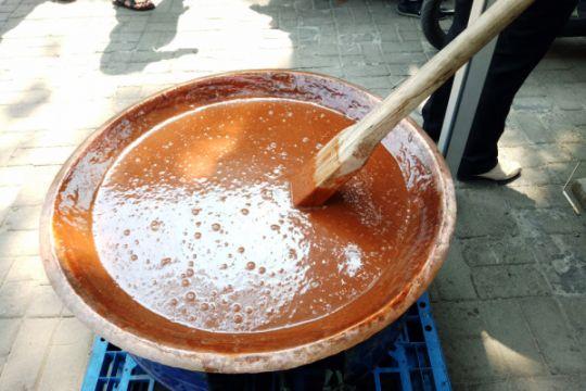 Melihat proses pembuatan dodol betawi di Setu Babakan