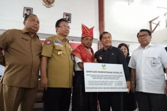 Mensos serahkan bantuan Rp6,9 miliar untuk korban Sinabung