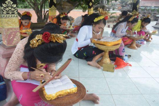 1.000 siswa Bali ikuti Festival Nyurat Lontar Massal