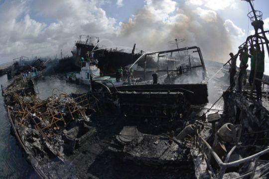 Kebakaran kapal di pelabuhan Benoa belum padam total
