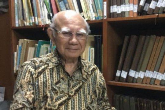 Penghargaan lansia teladan diberikan kepada Emil Salim