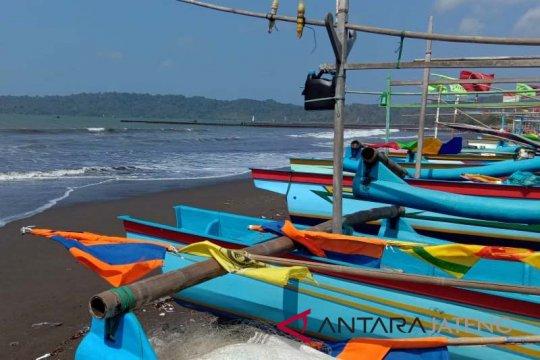 Ribuan nelayan Cilacap tidak melaut akibat gelombang tinggi enam meter